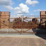 schmiedeeisernes Tor von 1873 versperrt die Zufahrt zur Brücke