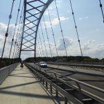 Radweg auf der Straßenbrücke