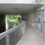Radweg unter der Bahnbrücke
